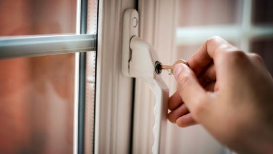 ¿Cómo evitar robos en viviendas y trasteros en vacaciones?